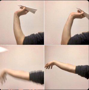 紙飛行機を飛ばして手首・ひじだけでダーツを飛ばす練習をする